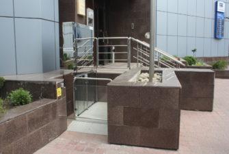 Изображение реализованного проекта по вертикальному инвалидному подъемнику №1
