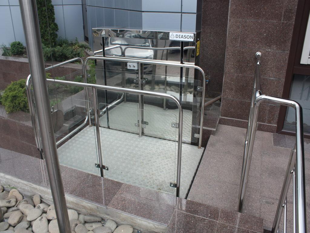 Изображение реализованного проекта по вертикальному инвалидному подъемнику №5