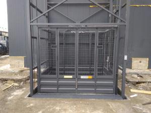 Изображение реализованного проекта по грузовому двухстоечному мачтовому подъемнику №1