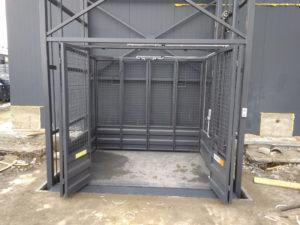 Изображение реализованного проекта по грузовому двухстоечному мачтовому подъемнику №2