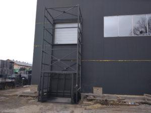 Изображение реализованного проекта по грузовому двухстоечному мачтовому подъемнику №3