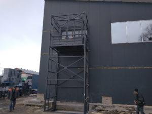Изображение реализованного проекта по грузовому двухстоечному мачтовому подъемнику №4
