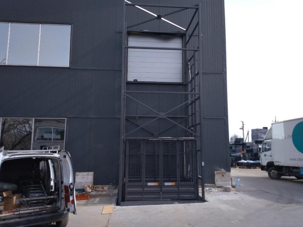 Изображение реализованного проекта по грузовому двухстоечному мачтовому подъемнику №7