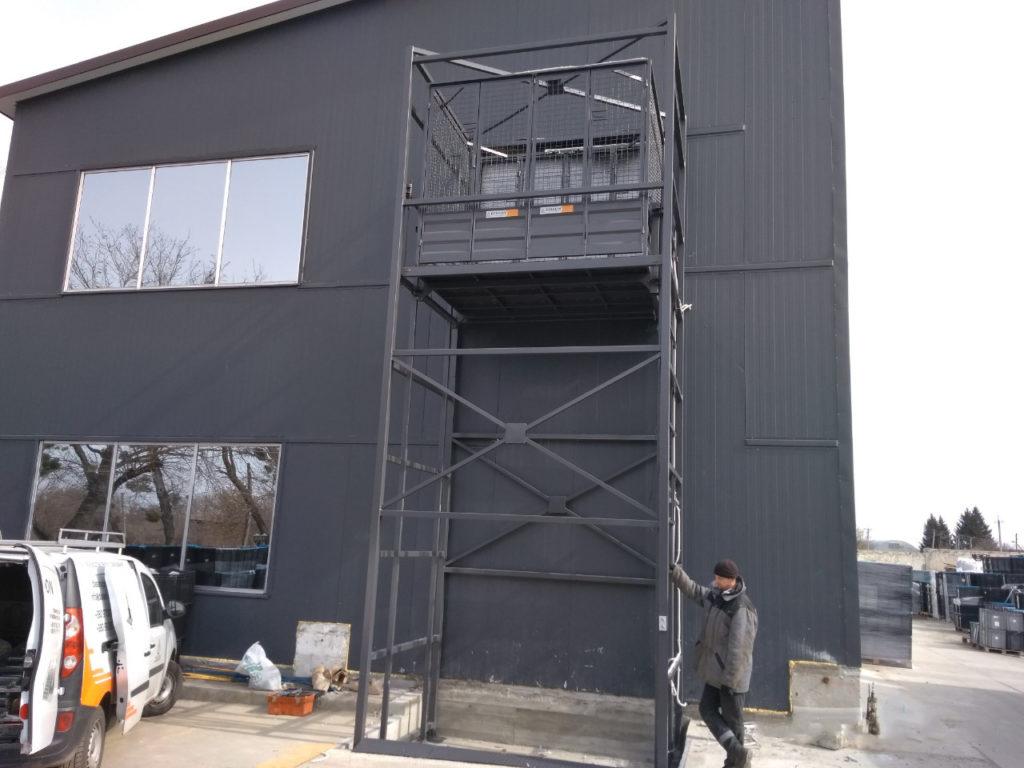 Изображение реализованного проекта по грузовому двухстоечному мачтовому подъемнику №9