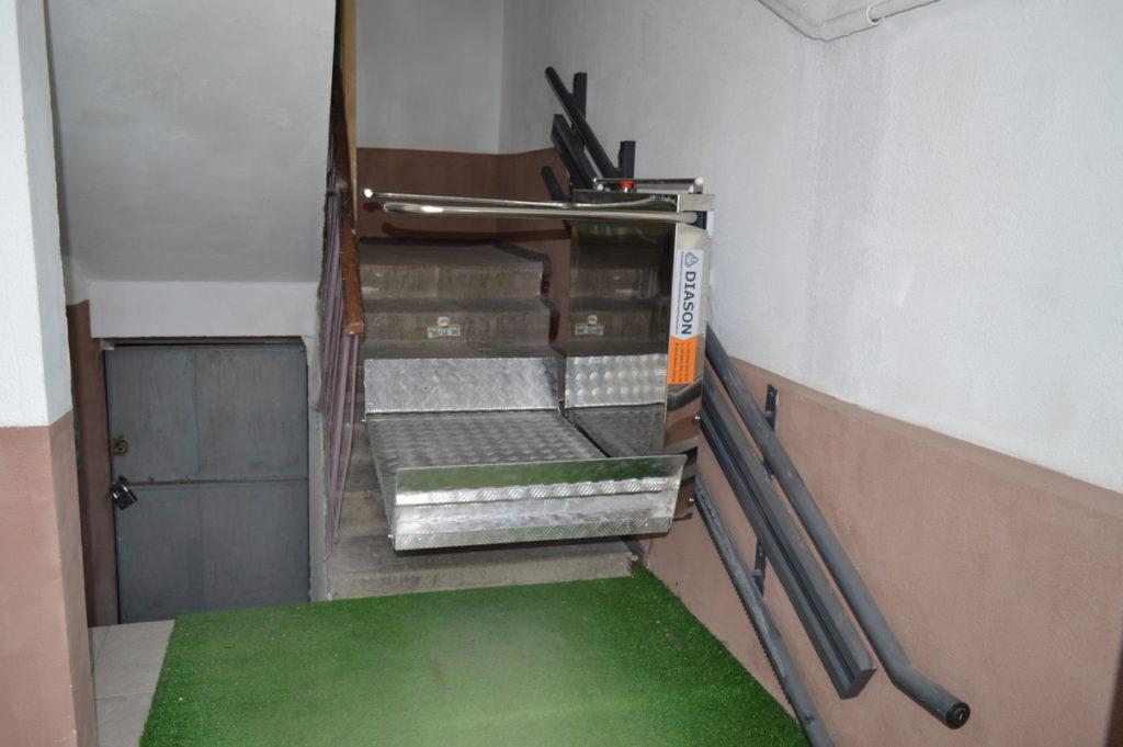 Изображение реализованного проекта по наклонному инвалидному подъемнику №4
