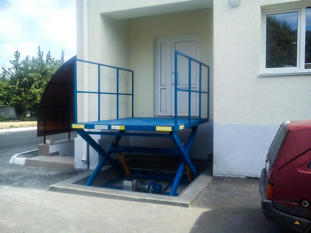 синий подъемный стол с ограждениями