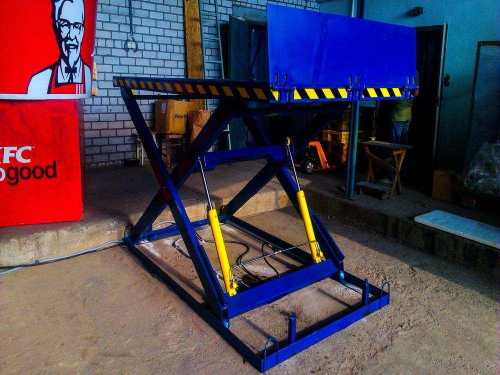 синий гидравлический стол с аппарелью
