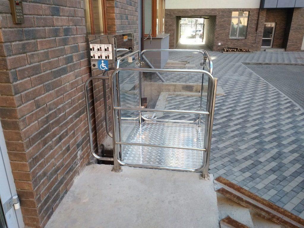 Изображение реализованного проекта по вертикальному инвалидному подъемнику №12