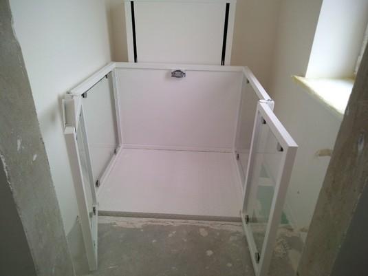 Изображение реализованного проекта по вертикальному инвалидному подъемнику №18